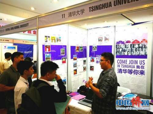清华大学招生办刘禹廷老师表示,不少菲律宾学生有备而来,对清华经济管理、计算机、医学专业表现出兴趣。 关向东 摄