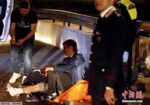 罗马地铁扶梯遭球迷狂踩坍塌 多人受伤