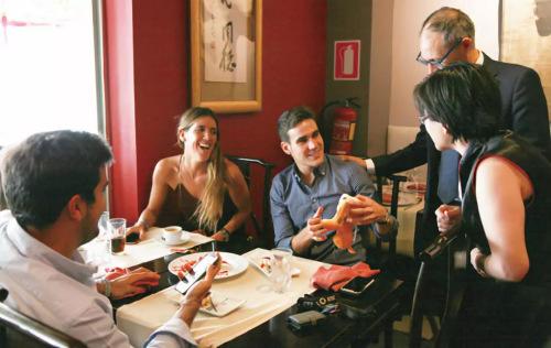 China Té老板娘为就餐的西班牙人讲解中餐文化。(图片来源:《欧洲时报》邵依妮/摄)