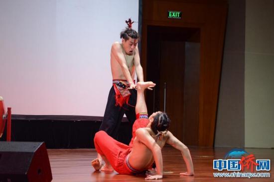 图为苗族三人舞《斗》。
