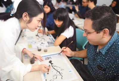图为秘鲁利马天主教大学和里卡多帕尔玛大学所属的孔子学院为庆祝中华人民共和国成立69周年举办中国文化展演。 (照片由孟可心提供)