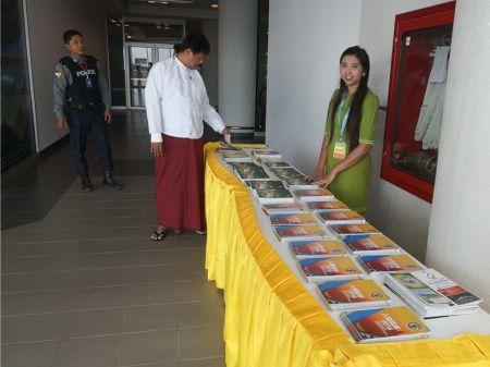 缅甸曼德勒华助中心为中国游客赠送《入缅指南》。(缅甸曼德勒华助中心图片)