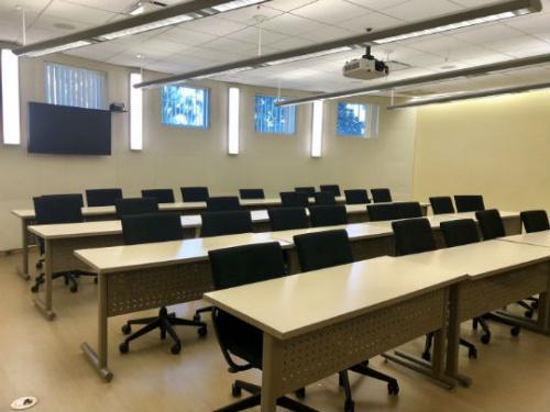 南加地区某高校一间空荡荡的教室。美国侨报实习记者王珂莹摄