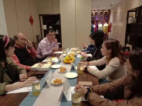 """中国敦煌吐鲁番学会顾问、丝绸之路专业委员会主任胡戟(左2)10月13日在西安向菲律宾媒体代表团介绍""""一带一路""""相关情况。"""