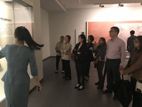 菲律宾媒体代表团成员10月13日在西安大唐西市博物馆参观。