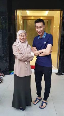 万·阿齐扎·万·伊斯梅尔在社交媒体上载照片指出,很高兴见到李宗伟成功抗癌,希望他完全康复。(马来西亚《中国报》)