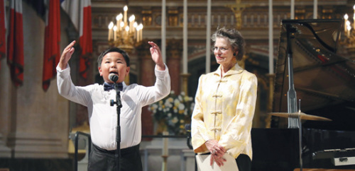 萨尔维亚特和华人少年孔祥达分别用法语和中文朗诵纪念一战华工的诗歌。(法国《欧洲时报》/孔帆 摄)