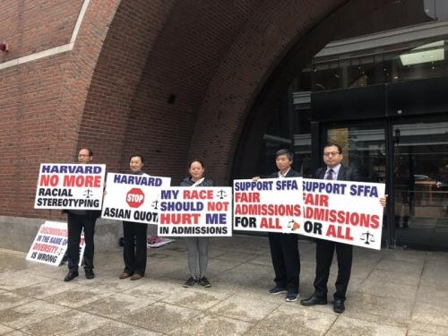 支持SFFA状告哈佛的华人到联邦法院听审,并在休息期间在门口举牌表达立场。(美国《世界日报》/刘晨懿之 摄)