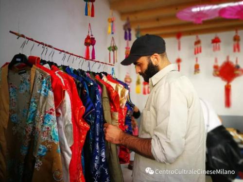来宾在民族服饰展区参观