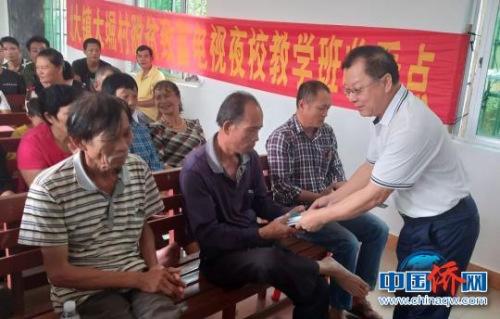咖啡生产企业到万宁北大镇大堀村对农户开展技术培训。 梁振玮 摄