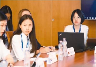 """今年5月,黄飘莹(中)作为经济委员会的主席参加了中欧青年领袖论坛,主持了围绕中国和16个中东欧国家的""""模拟16+1""""中欧领袖论坛。图为她在主持会场。"""