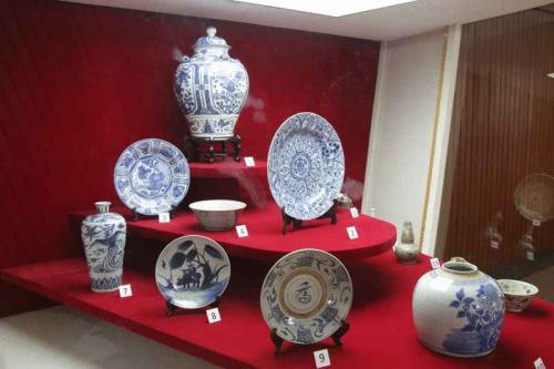 """沙巴博物院所展出有关华人文化的文物,或许是以来自中国的陶瓷品最具""""华人""""气息,但却无法让人感受与华人和文化的关联。(马来西亚《星洲日报》)"""