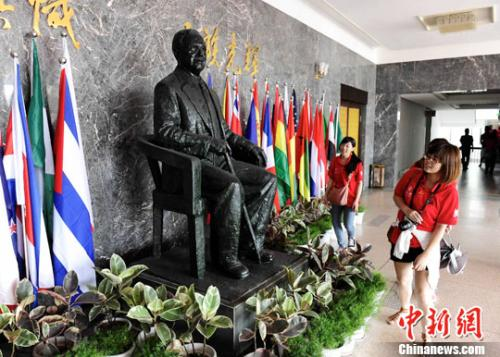 资料图:华侨大学泉州校区的陈嘉庚纪念铜像。