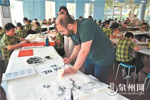 土耳其客人饶有兴致地拿起毛笔写汉字