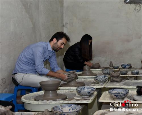 土耳其《晨报》摄影记者萨菲特・阿扎克(左)体验制瓷工艺(摄影 沈卫)
