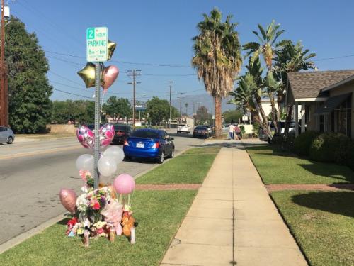 很多路人在事发地点放置鲜花、气球哀悼。(美国《世界日报》/林佩锦 摄)
