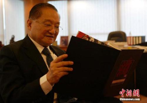 资料图:2007年6月28日,金庸先生在香港接受<a target='_blank' href='http://www.chinanews.com/'>中新社</a>记者专访。<a target='_blank' href='http://www.chinanews.com/'>中新社</a>记者 任海霞 摄