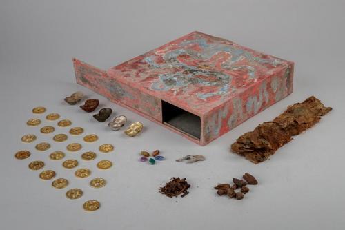 故宫养心殿神秘宝匣被打开 内装经卷金钱等器物