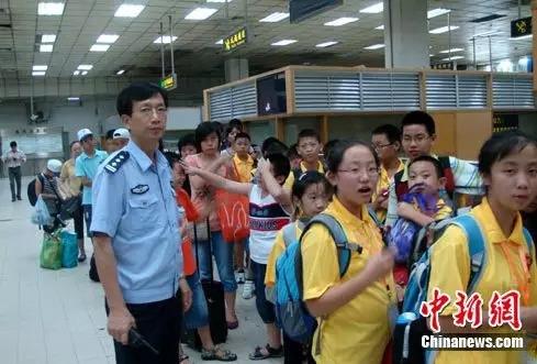边检民警为赴港参加世界青少年奥林匹克数学竞赛亚洲精英赛的参赛选手提供通关便捷服务。作 者:黄俊生