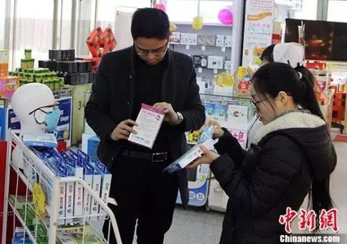 资料图:市民在药店购买药品。中新社记者 韩冰 摄