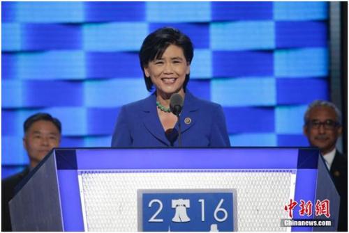 资料图:2016年7月27日,美国民主党全国代表大会在费城继续举行,美国国会亚太裔党团主席赵美心率亚太裔代表登台。中新社记者 廖攀 摄