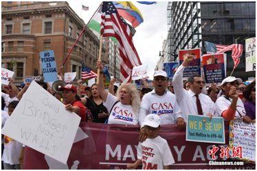 资料图:2017年5月1日下午,在美国首都华盛顿,示威人群在杜邦环岛举行集会后,一直行进到白宫北面的拉法耶特广场,抗议特朗普的移民政策等。中新社记者 邓敏 摄
