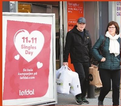 """2017年11月,在挪威首都奥斯陆,各种""""双11""""促销广告纷纷出现。中国""""双11""""已然传到了万里之外的北欧小国。 新华社记者 梁有昶 摄"""