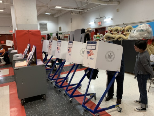 截至6日中午,华埠130小学投票站已有1000多位选民完成投票。(美国《世界日报》/和钊宇 摄)