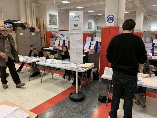 据投票站翻译反映,很多华裔选民因为不了解三个修宪问题而选择略过。(美国《世界日报》/和钊宇 摄)