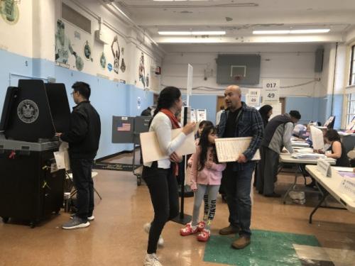 投票站迎来许多华裔选民投票。(美国《世界日报》/黄伊奕 摄影)