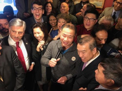 上百名刘醇逸(讲话者)的支持者6日晚在法拉盛一家餐厅内庆祝刘醇逸当选。(美国《世界日报》/牟兰 摄)
