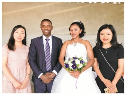 塞尔(左二)和新娘在婚礼现场与孔子学院教师合影。