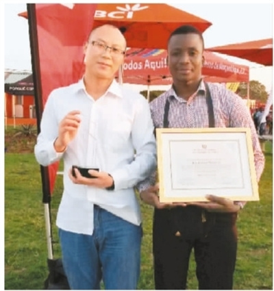 莫非(右)获得公司2017年度优秀员工称号。