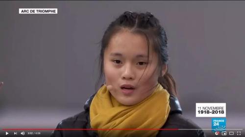 来自巴黎北郊圣・德尼地区Livry-Gargan高中的华裔女生用中文朗读一战华工在停战当日的日记。(来源:法国《欧洲时报》微信公众号 视频截图)