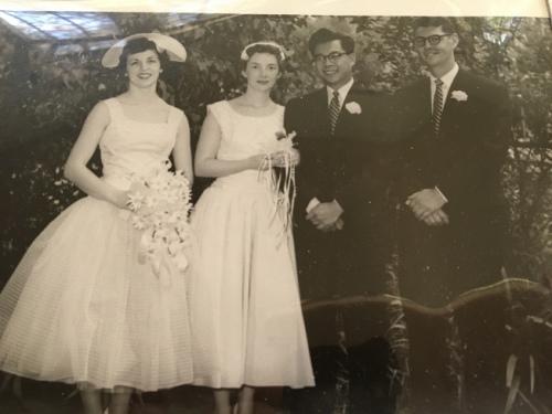 黄珍妮(左二)与黄约翰(右二)婚礼照片。(美国《世界日报》/启铬 翻摄)