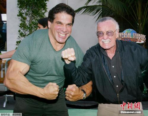 """2003年6月17日,斯坦·李(右)和""""绿巨人""""的扮演者卢·费里尼奥出席《绿巨人》的首映式。"""