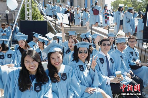 当地时间5月17日,哥伦比亚大学毕业典礼上的中国留学生。当日,纽约哥伦比亚大学在校园举行毕业典礼,15000余名学生学成毕业。 <a target='_blank' href='http://www-chinanews-com.bjgtbaojie.com/'>中新社</a>记者 廖攀 摄