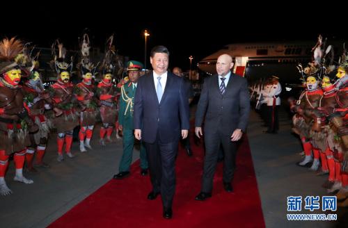 11月15日,国家主席习近平乘专机抵达莫尔兹比港,开始对巴布亚新几内亚独立国进行国事访问、同建交太平洋岛国领导人会晤并出席亚太经合组织第二十六次领导人非正式会议。巴布亚新几内亚副总理埃布尔率政府高级官员在舷梯旁热情迎接。新华社记者 鞠鹏 摄 图片来源:新华网