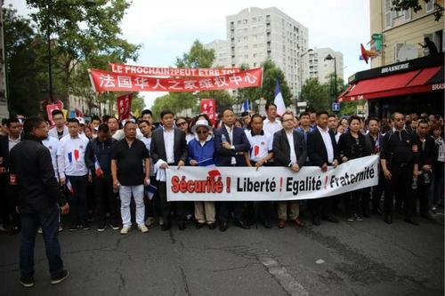 资料图:2016年8月21日,华人在欧市的共和国大道举行反暴力要安全示威游行。5月7日被入室盗窃的华人家庭就在这附近。(《欧洲时报》黄冠杰 摄)