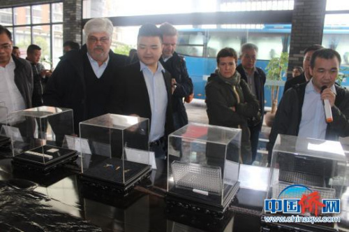 代表团一行参观桂林光隆光电科技股份有限公司生产的高科技产品。 陆汉宝 摄