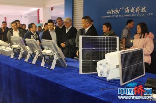 代表团一行参观桂林海威科技股份有限公司。 陆汉宝 摄