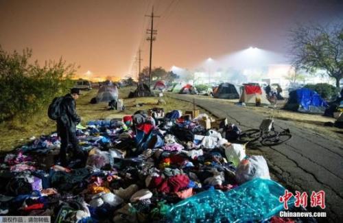 当地时间2018年11月17日,美国加利福尼亚州奇科市,灾区民众聚集在当地开设的临时营地。
