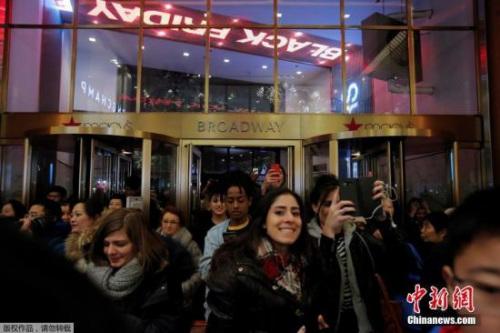 """资料图片:当地时间2018-12-14,美国纽约迎来""""黑五""""季,民众在梅西百货购物。"""