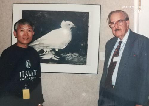 1998年10月缪惠新与美国波特兰博物馆馆长高登在毕加索的《和平鸽》前合影
