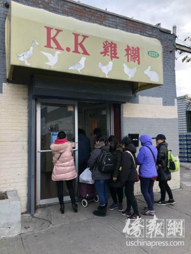 鸡鸭代火鸡,感恩节前夕八大道鸡栏生意火爆。(美国《侨报》/高诗云 摄)