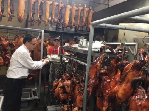 许多华人家庭预定火鸡过节,商家大厨们一夜没睡辛苦准备。(美国《世界日报》/杨青 摄)