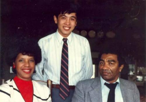 北奥与黑人父母瑞克夫妇。图片来源:受访者提供