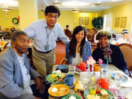 北奥及女儿与非裔父母瑞克夫妇。图片来源:受访者提供