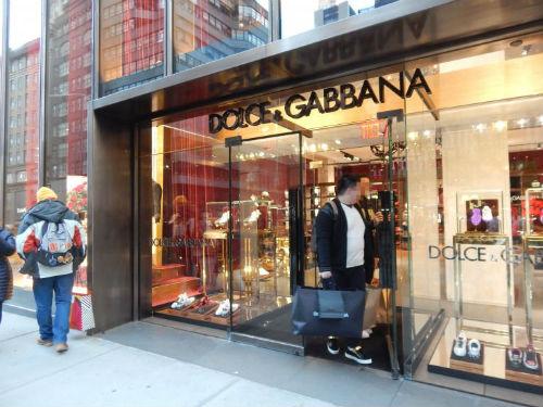 华裔购物者23日在曼哈顿五大道的杜嘉班纳门店购物。(图片来源:侨报记者尹英姿摄)