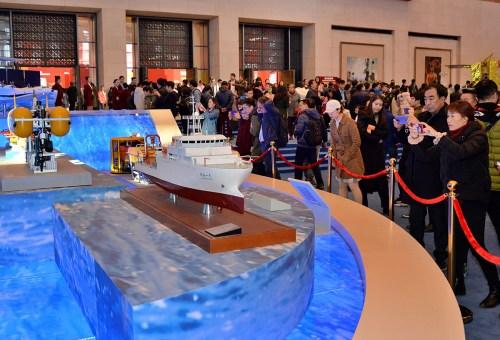 """大批观众在参观""""深海一号""""船的模型。(《芝加哥华语论坛》/张大卫 摄)"""